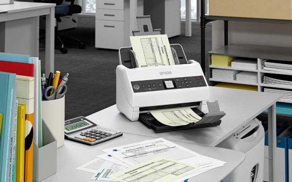 Einzugscanner Epson DS-730N an einem Büroarbeitsplatz